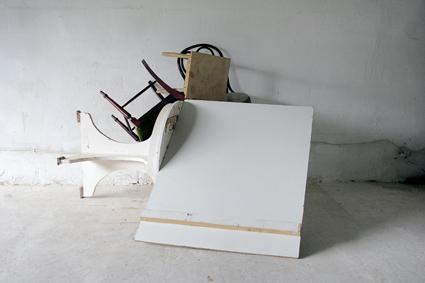 """® NÚRIA FUSTER// """"TRAMPOLÍN PARA EL GRAN SALTO"""" (2007). MADERA. 250×284x170cm."""